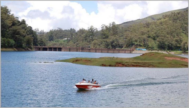 Tourist enjoying in munnar lake