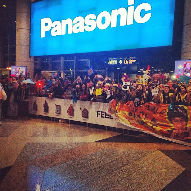 Malaysia fans welcome Lee Kwang Soo at the airport arrival exit.