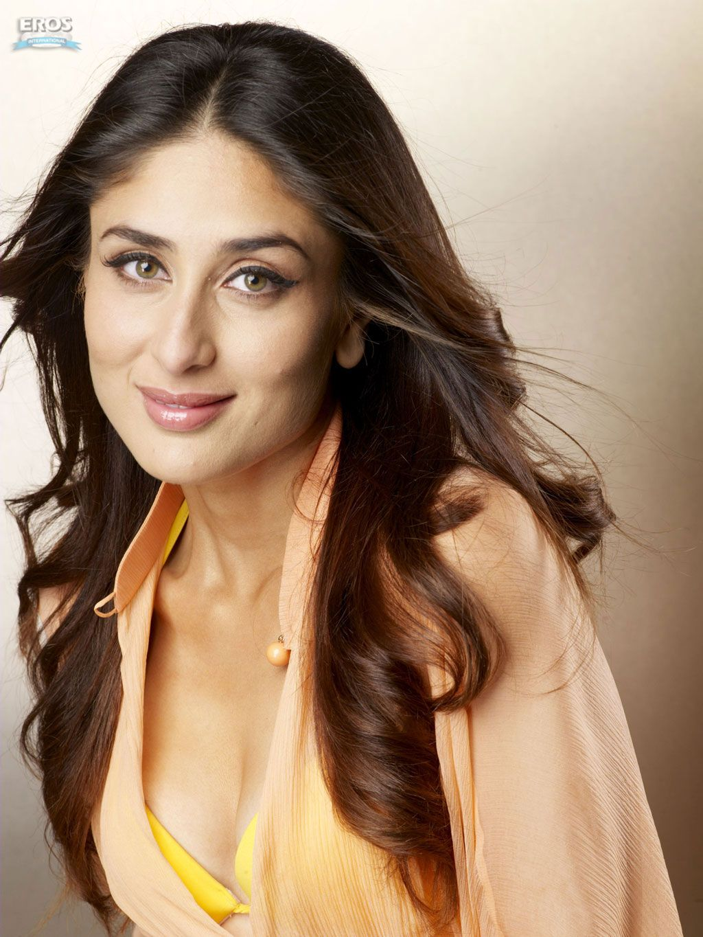 http://3.bp.blogspot.com/-FDONsA_CJP0/Tdg_68pvHrI/AAAAAAAAAHc/law4rFA81os/s1600/Kareena-Kapoor-Yellow-Bra-Dress%202.jpg