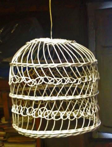 jaula-lámpara de médula de ratán pintada de blanco