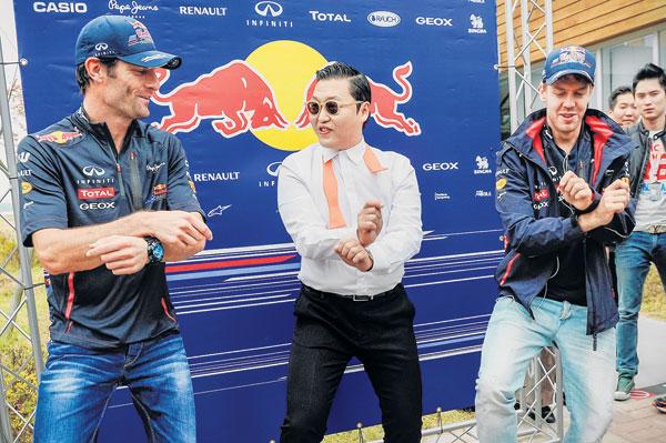 PSY (tengah), Webber (kiri) dan Vettel menari tarian kuda di litar perlumbaan Formula Satu di Yeongam semalam.