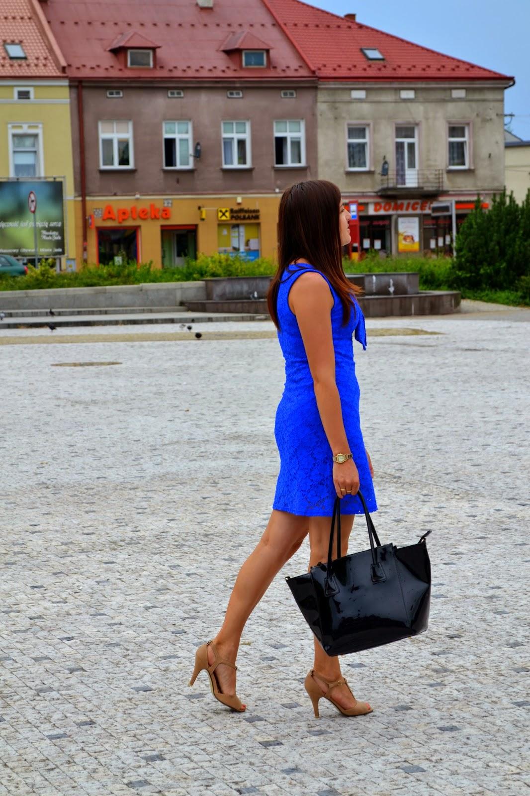 koronkowa sukienka, sukienka z kokardą, dopasowana sukienka koronkowa, niebieska koronka