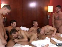 Vídeo de sexo gay com sarados fudendo na orgia