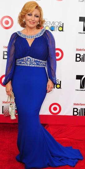 Angélica María con hermoso vestido azul
