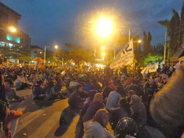 Aksi Upah Layak di Gubernur Jateng Hingga Malam hari