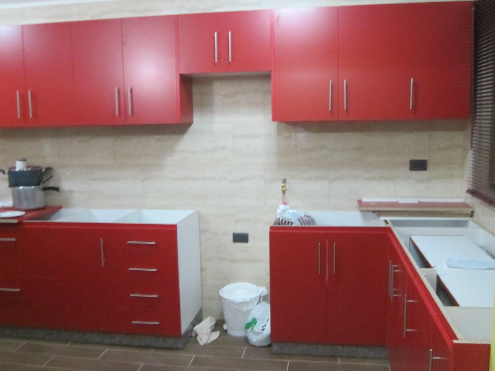 Muebles base y colgantes y mesón de cocina melamina puertas rojas