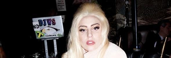 Lady Gaga tira foto em cadeira de rodas de ouro