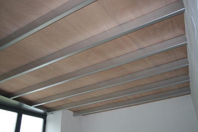 techo de madera de seccin irregular formado por tableros de x cm acabados en madera de sucupira mecanizados y