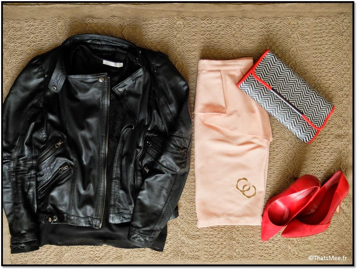jupe corail Kookai, Veste en cuir Zara, top dentelle See U Soon, escarpins Ba&Sh pour André, pochette André, boucles d'oreilles Naomi Murrell