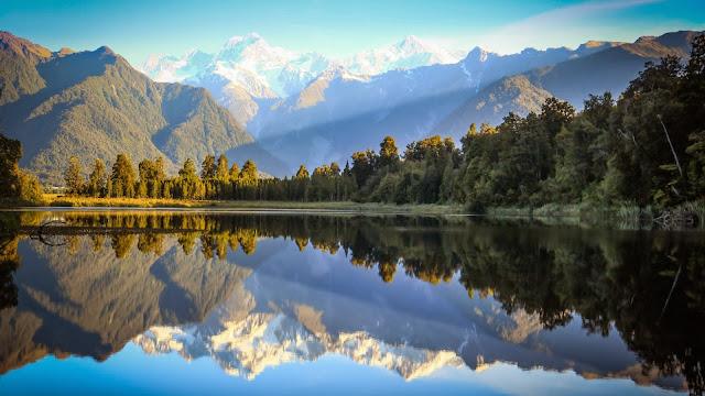 Bosque y Montaña Reflejados en el lago