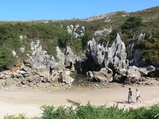 Gulpiyuri_Playa_de_interes_turistico_y_espacio_protegido