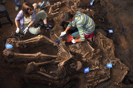 Excavación de la fosa común de la dictadura con 15 cadáveres encontrada en un centro de detención