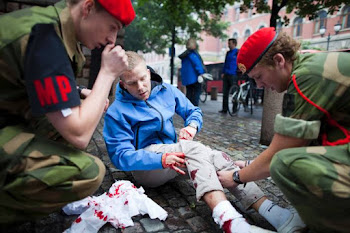 un joven herido es atendido por militares en Oslo donde ahora se informa