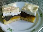 Barackos mákos kocka sütemény, mazsolás töltelékkel és citromos tojásfehérjehabbal.