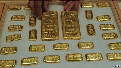 emas batangan di dalam toilet