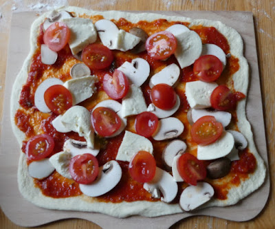 Pizza pomodoro, funghi e mozzarella mit Artisan Pizzateig