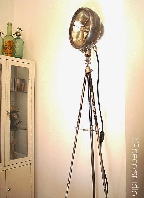 Lámparas de pie estilo industrial, artesanales, materiales oxidados, soldados, trípodes antiguos, vitrinas antiguas