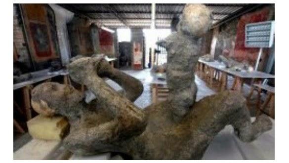 fosil Ibu Memangku Bayi Yang Membatu dari Kota Pompeii