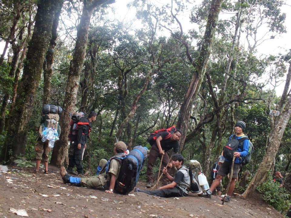 Istirahat di POS  6 Gunung Cikuray