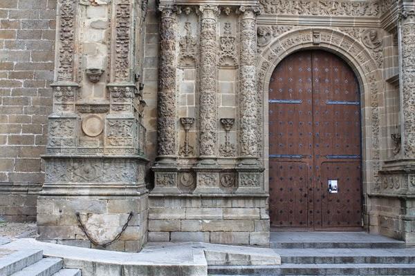 detalles de las puertas de la catedral nueva de Plasencia