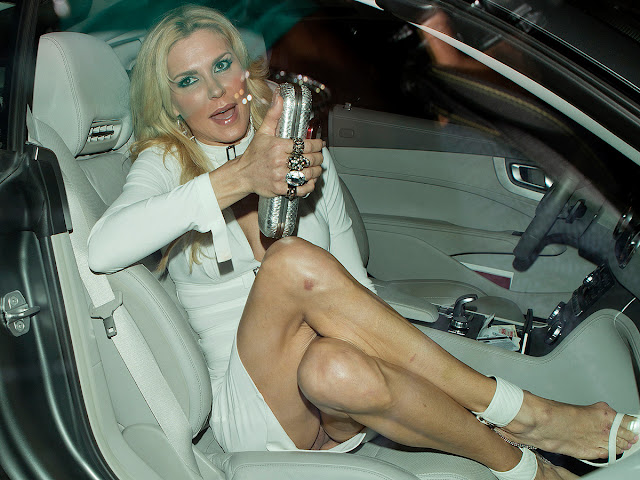 Brandi Glanville Pantyless Upskirt Flashing Her Bare Vagina In Beverly Hills