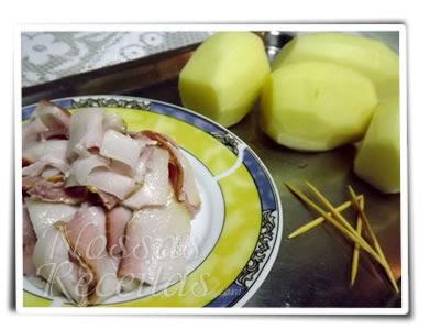 receita de batatas fatiadas recheada com bacon e assadas