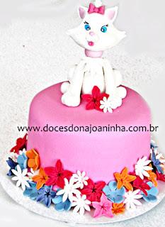 Bolo infantil decorado Gatinha Marie com flores coloridas pink, rosa, laranja e lilás