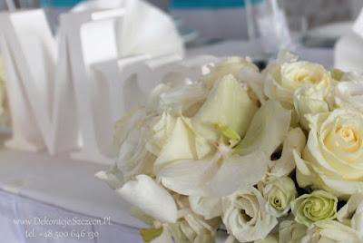 białe kwiaty w bukietach weselnych