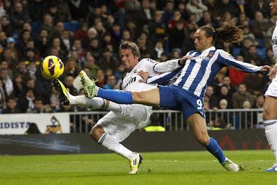 Coentrao y Sergio García disputan un balón