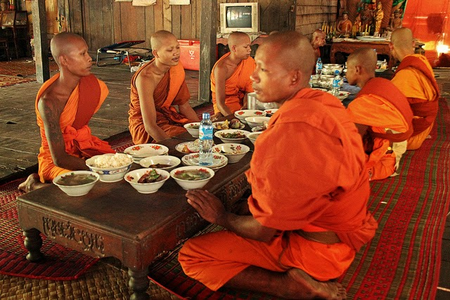 Buddhist practice of silence at meal time