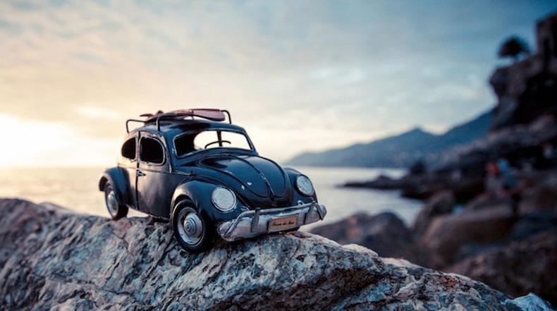 Paisajes cuentan con las aventuras del diminuto auto de juguetes