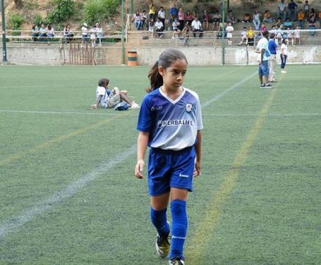 Niñas jugando futbol - Imagui