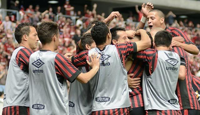 Uma vitória no estádio do rival, o Couto Pereira, pode devolver o time à briga pelo G4 (foto: Gustavo Oliveira/Atlético-PR)