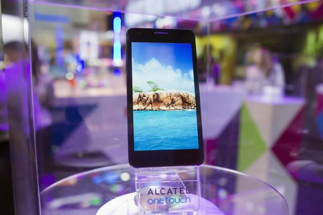 TELEFON pintar Alcatel One Touch Idol Ultra dipamerkan pada pameran CES di Las Vegas, Amerika Syarikat kelmarin.