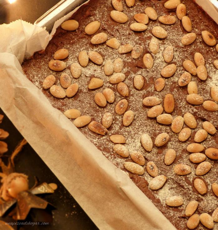 Bizcocho de Chocolate Navideño con almendras y azúcar glass