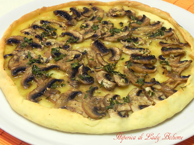 hiperica_lady_boheme_blog_di_cucina_ricette_gustose_facili_veloci_torta_salata_con_champignon_ed_emmenthal