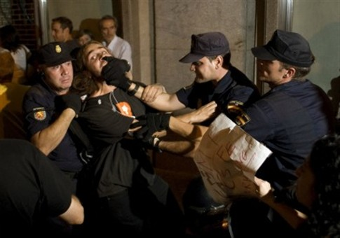 Espanha: Polícia carrega com bastões contra manifestantes da Puerta del Sol
