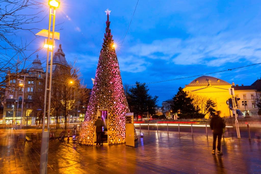 köztéri díszítés, karácsonyfa, Budapest, Hello Wood, Ökumenikus Segélyszervezet, tűzifa, Erzsébet tér