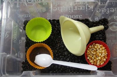 Caja sensorial: El otoño nos ha traido una caja sensorial de café (sensory tub)