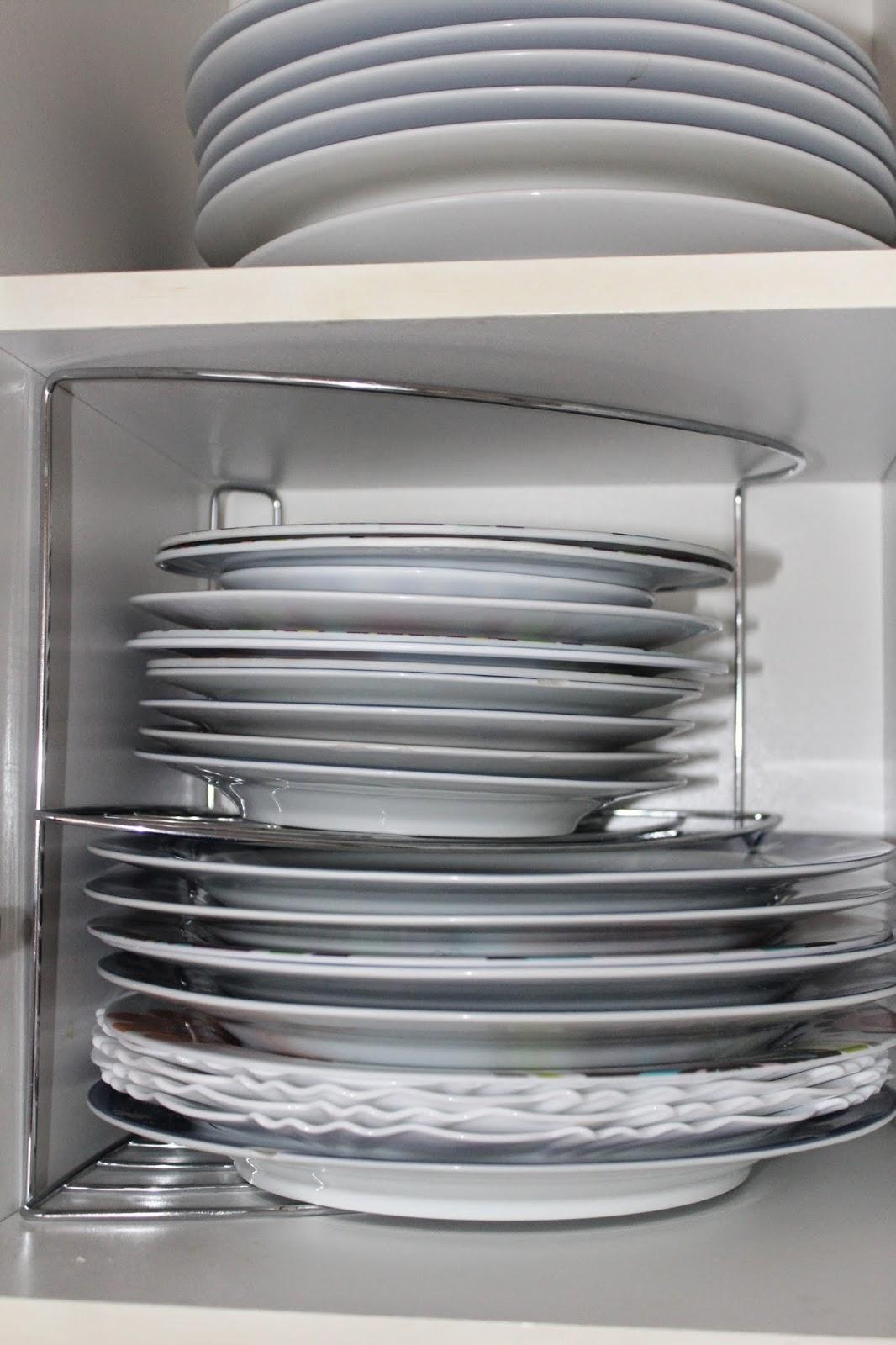 organizando a os pratos com acessórios