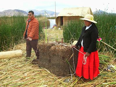 Bloques de raís de totora, Isla de los Uros, Puno, Perú, La vuelta al mundo de Asun y Ricardo, round the world, mundoporlibre.com