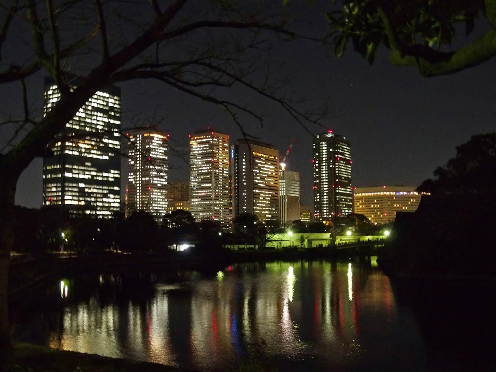 大坂城の外濠に映るビル。