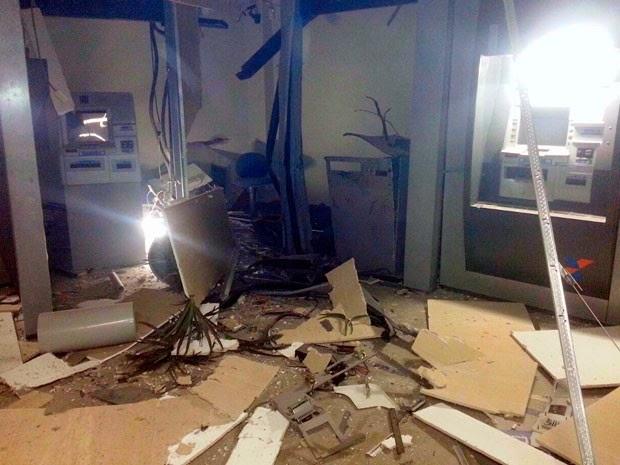 Caixa eletrônico de agência em Vilas do Atlântico, Lauro de Freitas, foi explodido (Foto: Carlos José/Site Voz da Bahia)