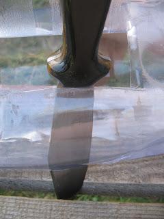 Így lehet könnyebben átvágni az üveget. A már kivágott 7-8 centis részt felhasználva először jobbra, majd balra forgatjuk a kést és az üveg túlsó részén egy szintén 7-8 centis vágást ejtünk. Szöveg: Én négy nyílást vágtam bele, de ha te ügyesebb vagy, akkor akár többet is eszkabálhatsz bele. Úgy oldottam meg ezt az átelleni vágásokat, hogy a kezdő nyílásból jobbra-balra forgatgattam a kést, és így alakítottam ki őket.
