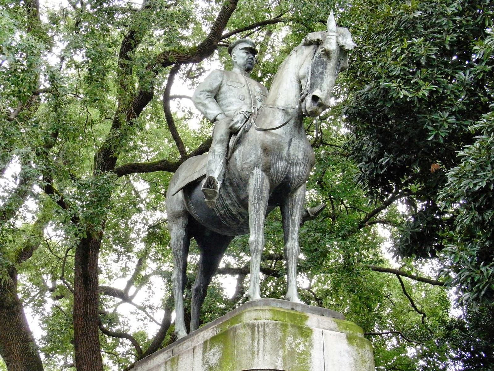 九段坂公園(東京都千代田区) 少し開けた明るいところに立つのが明治の政治家・品川弥二郎。 内務大