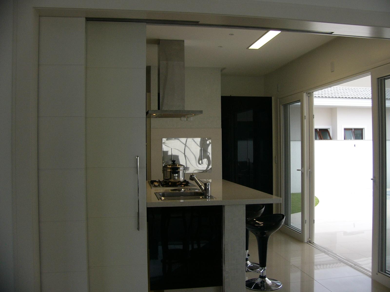 Nenhuma janela nesta cozinha . Invés disto uma ampla porta janela  #575343 1600 1200