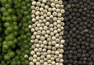 grüne,weiße und schwarze Pfefferkörner