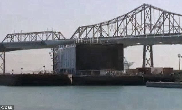 Google is building a huge floating building in the San Francisco Bay. There will be a new data center or exhibition space, demonstration and sale of future Google Glass.