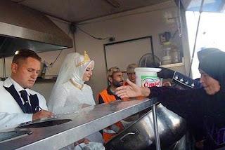 Fethullah Üzümcüoğlu and Esra Polat feed syrian refugees