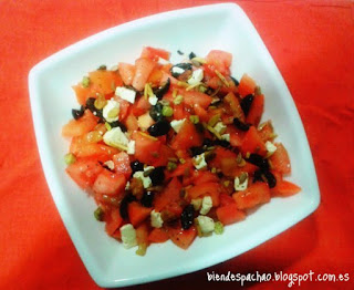 ensalada de tomate, queso feta y aceitunas negras